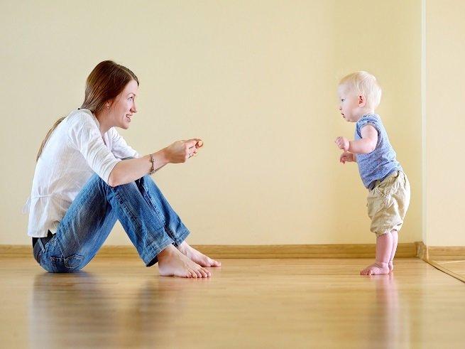 Как научить ребенка вставать самостоятельно на ножки