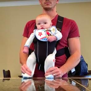 Четырёхмесячный малыш показал «лунную походку» под музыку Джексона