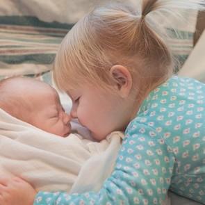 ВИДЕО: дети знакомятся с братьями и сестрами