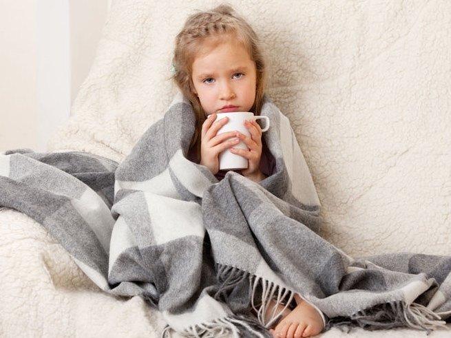 Почему у ребёнка болит живот и что делать?