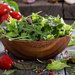 Сочные салаты со свежей зеленью: 5 рецептов