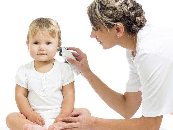 Что делать, если у ребенка 2 лет болит ухо?