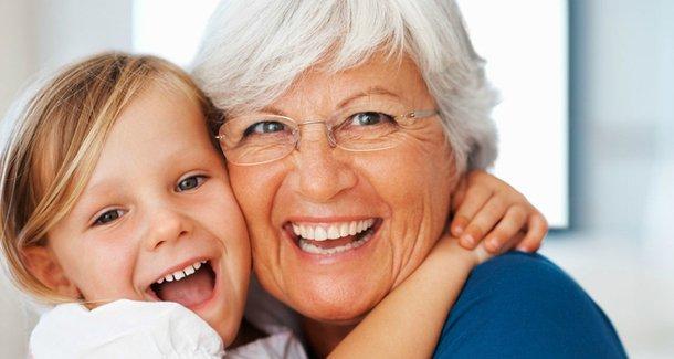 Бабушка не хочет сидеть с внуком: как вести себя родителям