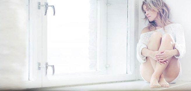 Почему появляются выделения до и после менструации?