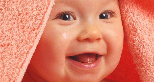 Почему ребёнок высовывает и жует язык в 3 месяца?