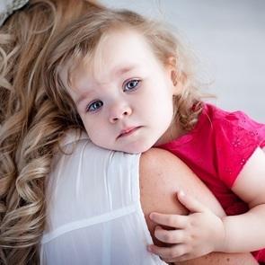 Ребёнок не отпускает маму ни на шаг: что делать?