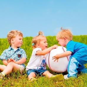 Битва в песочнице: как погасить конфликты между малышами