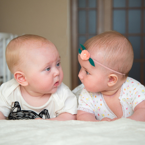 Минтруд разъяснил, почему новорождённым близнецам не выплатят двойное пособие