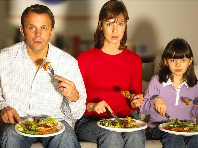 Привычка есть перед телевизором вреднее, чем фаст-фуд