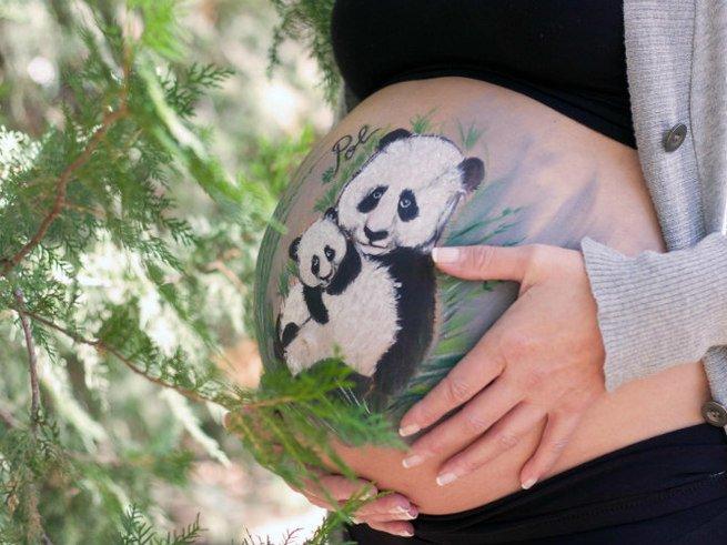 Испанская художница разрисовывает беременным животы