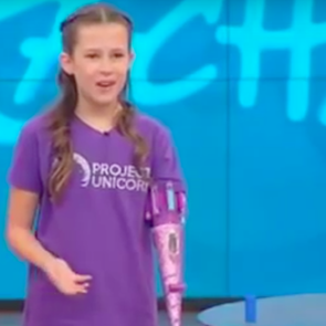 Девочка изобрела протез руки, который стреляет блёстками
