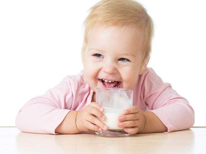 С какого возраста можно давать молоко ребенку