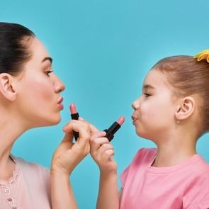 ВИДЕО: девочка накрасила губы и взорвала Интернет