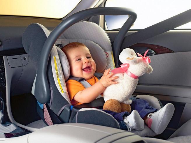 Младенцы могут находиться в автокреслах не дольше 30 минут