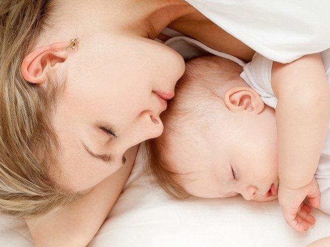 Почему ребёнок потеет во время сна
