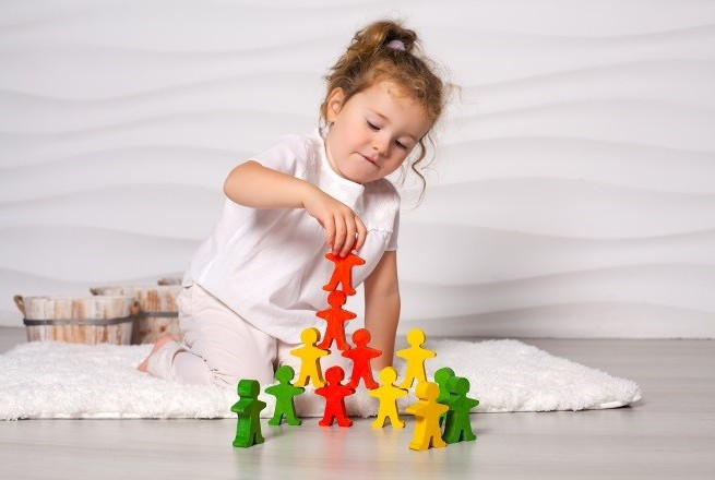 Как развивать ребенка по методике Монтессори: полезные игры и игрушки