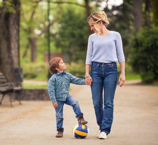 Выход в свет: как научить ребёнка правилам поведения