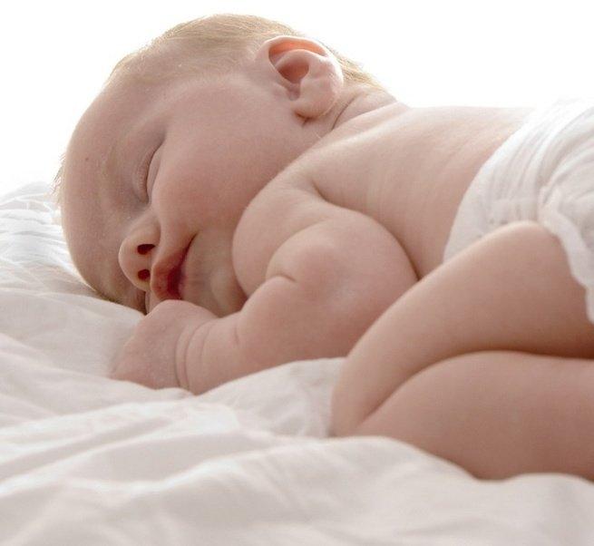 Как успокоить новорождённого когда он плачет
