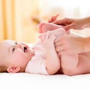 Массаж для грудничка: когда нужен и как делать его дома