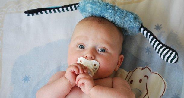Когда давать новорожденному  соску-пустышку