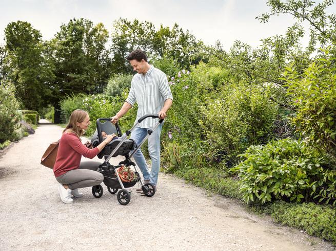 Безопасная, легкая и маневренная детская коляска: как выбрать лучшую?