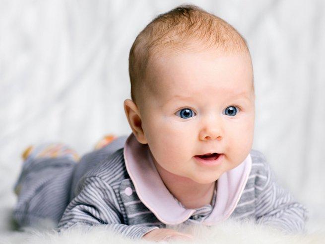 Почему ребёнок в 3 месяца грызет кулак
