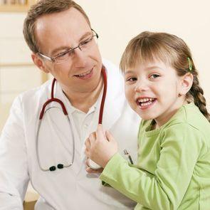 Доктор оперирует мякгие игрушки, чтобы дети не боялись лечения