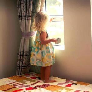 Ученые просят родителей не вешать дома шторы и жалюзи