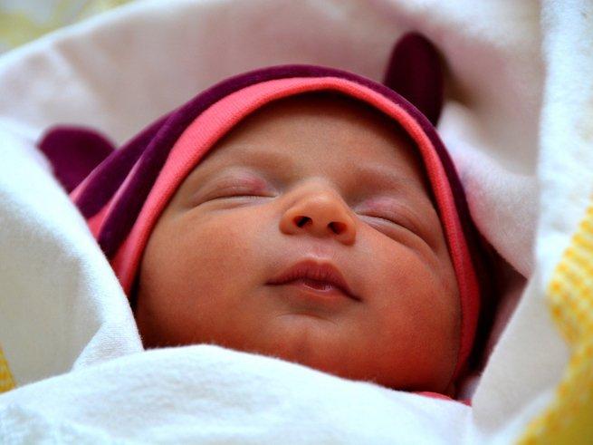Почему новорождённый ребёнок плачет во сне
