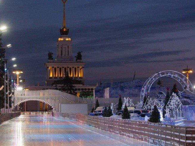 Москвички получат оригинальные подарки 8 марта на катке ВДНХ