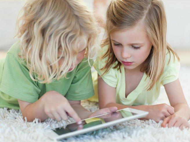 Планшеты и смартфоны тормозят развитие детей