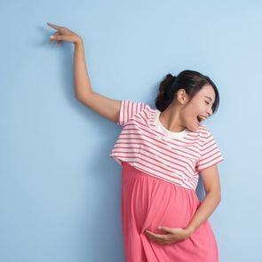 ВИДЕО: Мама показала, что рожать — это легко, станцевав с акушером
