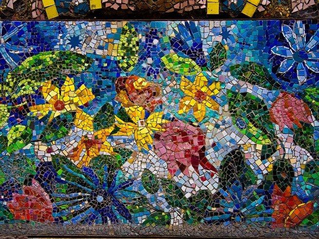 Двор, украшенный мозаикой, можно увидеть в Питере