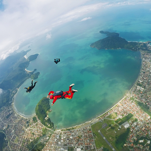85-летняя женщина совершила парашютный прыжок
