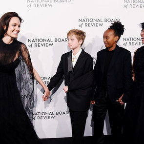 Анджелина Джоли вывела дочерей в свет