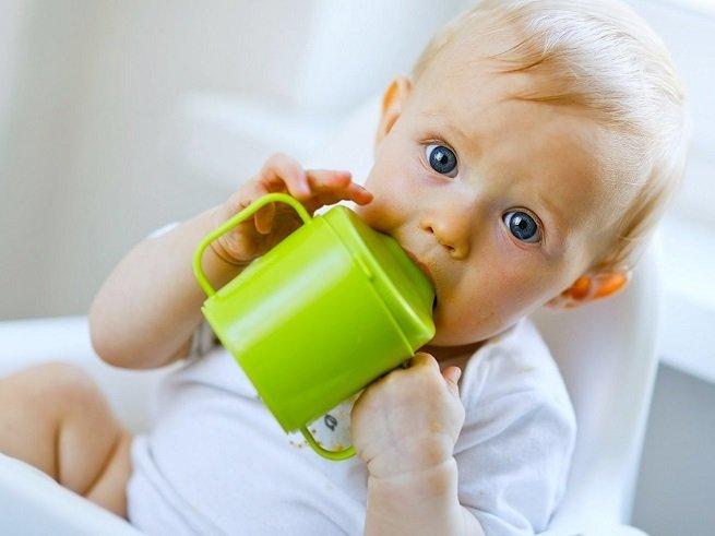 Как научить ребенка пить из поильника